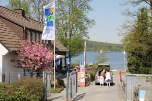 Einfahrt auf den Campingplatz, mit Kiosk links