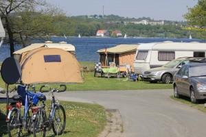 Blick über den Campingplatz auf den Möhnesee